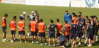 Jogadores remistas treinam no Baenão