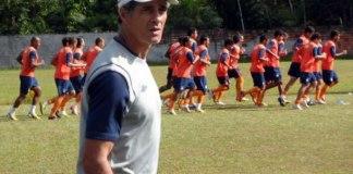 Charles Guerreiro assiste seus comandados no treinamento