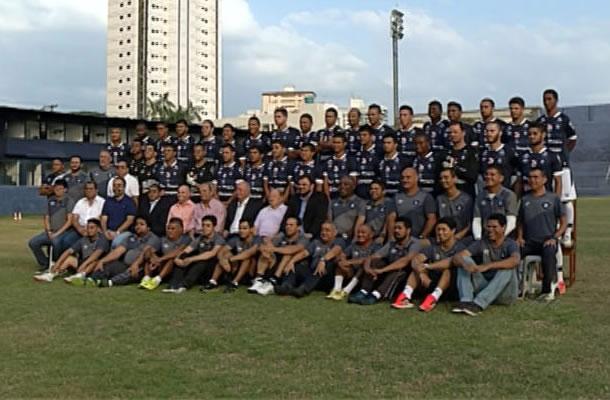 Jogadores, comissão técnica, diretores e funcionários do Remo fazem a foto oficial do acesso à Série C 2016