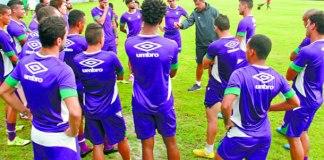 Preparador físico Eduardo Ortiz orienta os jogadores antes de iniciar o treino