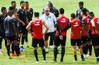 Josué Teixeira orienta os jogadores antes de iniciar o treino