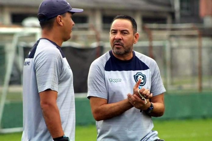 Juninho Macaé (preparador de goleiros) e Artur Oliveira