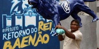 Artesão Pedro Alves levou seu Leão para acompanhar o primeiro treino do técnico Marcio Fernandes