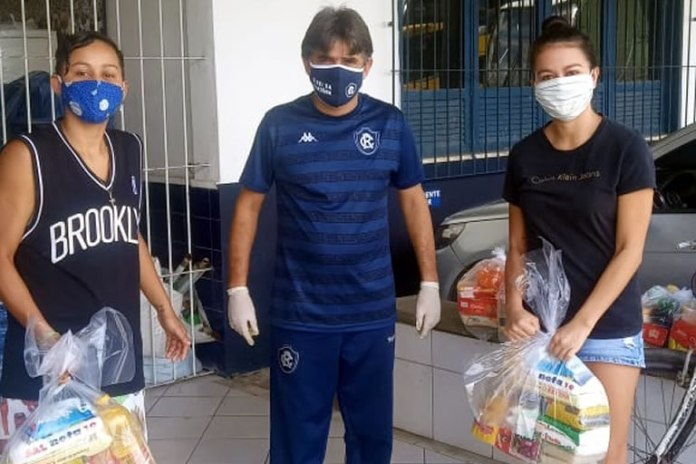 Atletas do futebol feminino receberam cestas básicas