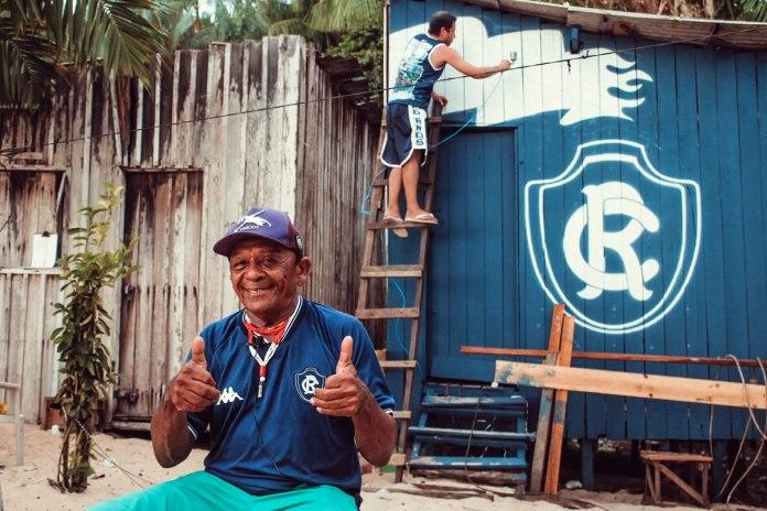 Seu Oswaldo teve a fachada da casa revitalizada com o escudo do Remo