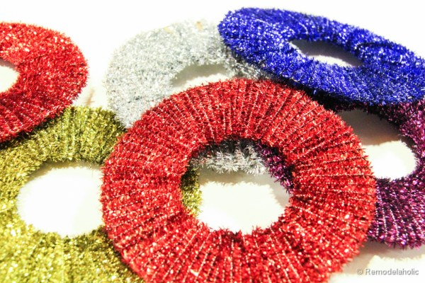 Easy Pipe cleaner wreath ornaments, #Christmas #ornaments #crafts #kidfriendly