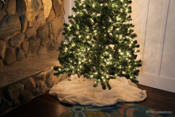 DIY Faux fur Christmas tree skirt by Remodelaholic