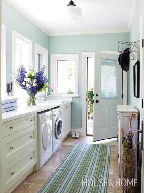 Combo salle de lavage de salle de lavage remplie de lumière présenté sur Remodelaholic.com par House & Home