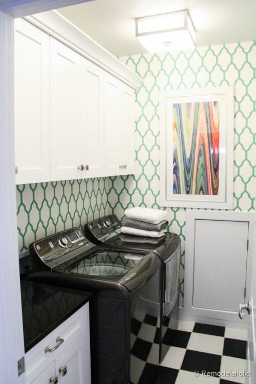 Tellement amusant dans cet espace à motifs. Fabuleuses idées de conception de salle de lavage de @Remodelaholic