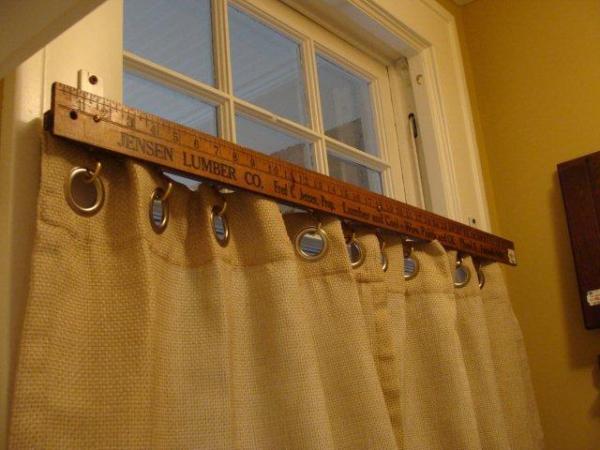 yard stick curtain rod via Daffadown Dillys on Remodelaholic
