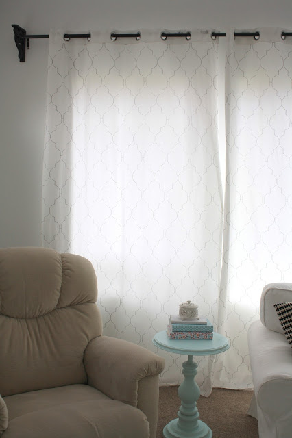 Nifty Thrifty Momma - stenciled quatrefoil curtains using paint marker pens - via Remodelaholic