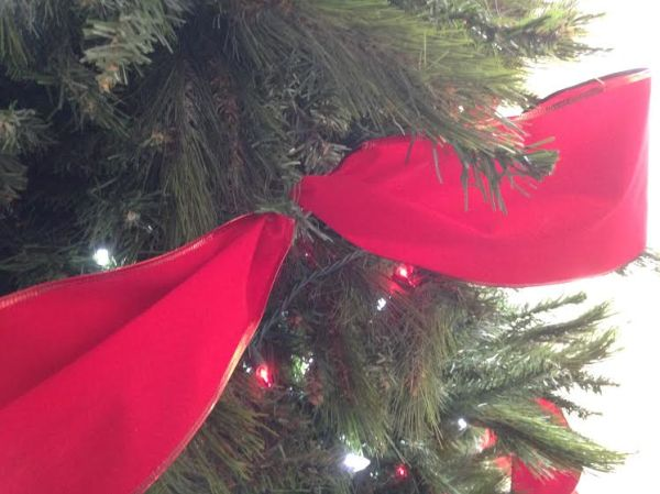Attaching ribbon to the Christmas tree #sawdust2stitches #remodelaholic