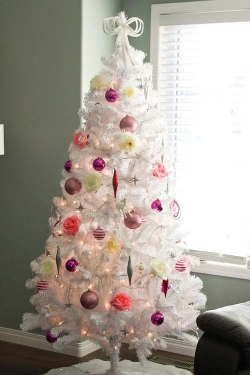 shades of pink christmas tree - Rachel Denbow via @Remodelaholic