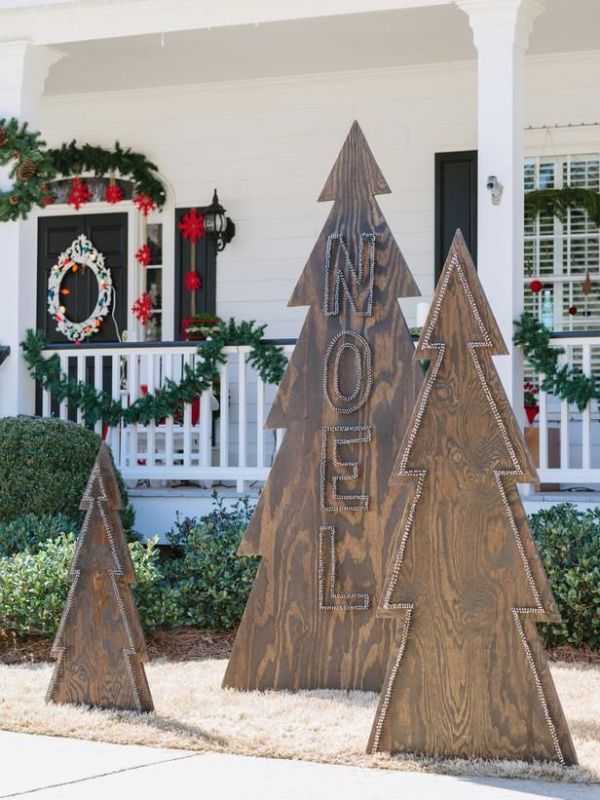 outdoor nailhead wood Christmas tree - HGTV via @Remodelaholic