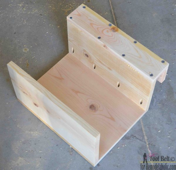 Need a little extra space for your game time snacks and drinks? Build this super easy sofa arm table to give you a stable surface all game long! Free plans and tutorial on @remodelaholic