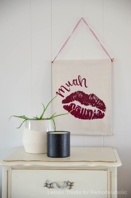 Easy no-sew banner for a Valentine's Day wall hanging -- so easy to customize for any holiday @Remodelaholic (1)