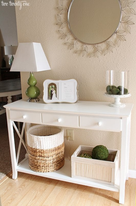 Simple neutral entryway decor | 100+ Beautiful Mudrooms and Entryways at Remodelaholic.com