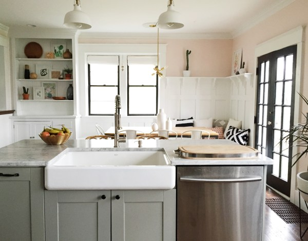 Beautiful kitchen renovation with eat-in banquette corner. Love the HUGE farmhouse sink in the island! By Carpendaughter on Remodelaholic.com