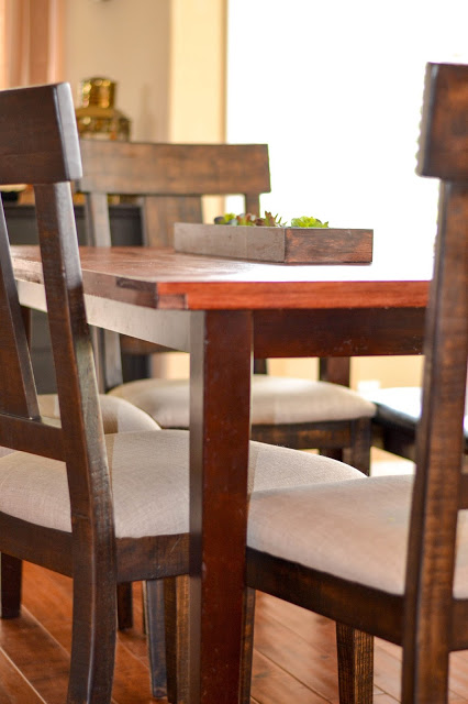 Tutorial for a removable plank table top by Rachel Teodoro at Holy Craft featured on @Remodelaholic