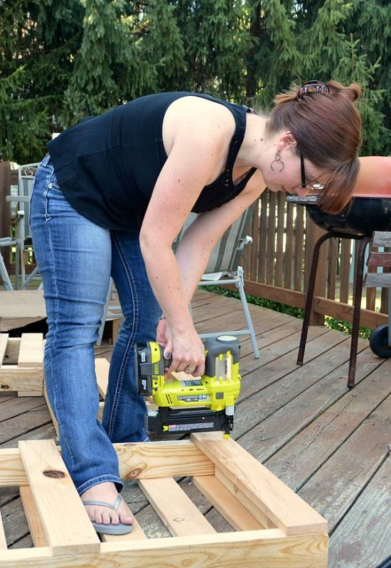 pallet-wood-bench-diy-by-one-artsy-mama-featured-on-remodelaholic