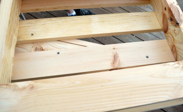 how-to-use-pallets-to-build-a-bench-by-one-artsy-mama-featured-on-remodelaholic