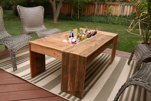 pallet-coffee-table-with-drink-holder-or-planter-tutorial-on-remodelaholic