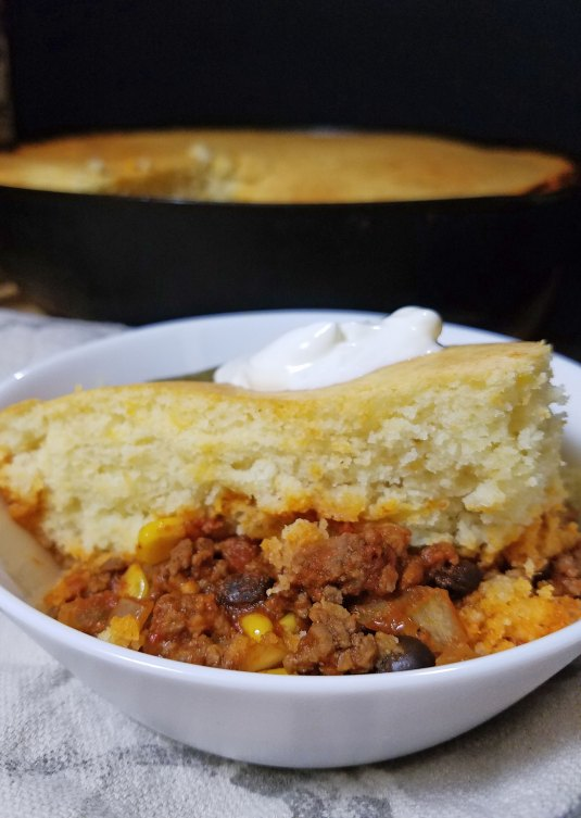 The best of both worlds, chili and cornbread in the same dish. A quick and yummy dinner idea, skillet chili cornbread via remodelaholic.com