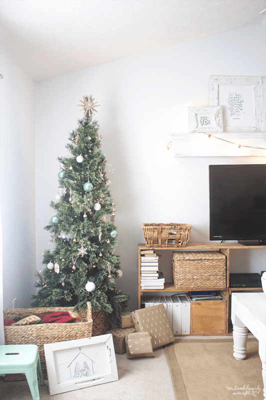 35 Minimalist Holiday Decor In A Rustic White House, A Home Tour By We Lived Happily Ever After Featured On @Remodelaholic
