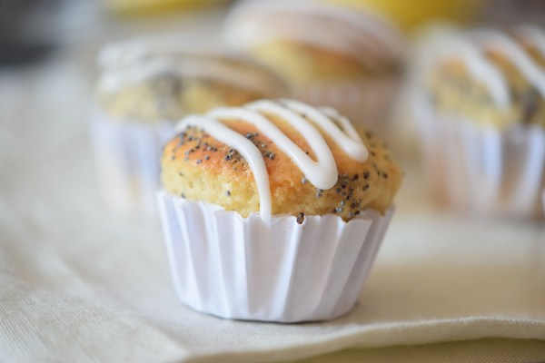 Looking for a fresh breakfast muffin recipe? Try out these delicious lemon poppy seed muffins recipe via remodelaholic.com