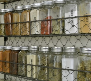 Affordable Chicken Wire Wall Shelf As A Modern Farmhouse Spice Rack, Printable Spice Labels #remodelaholic