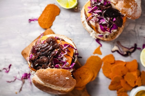 How To Make A Delicious Veggie Burger With Healthy Black Beans #remodelaholic