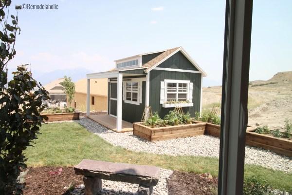 Ajoutez des lits de jardin autour d'un cabanon ou d'une cabane dans la cour. SLPH 2018 Home 13 Magleby Communties, photo de Remodelaholic