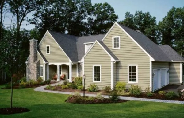 Vinyl Siding on a Traditional Colonial Style Home