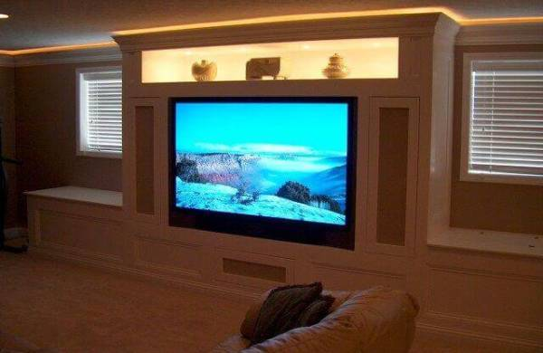 entertainment room with crown molding lights