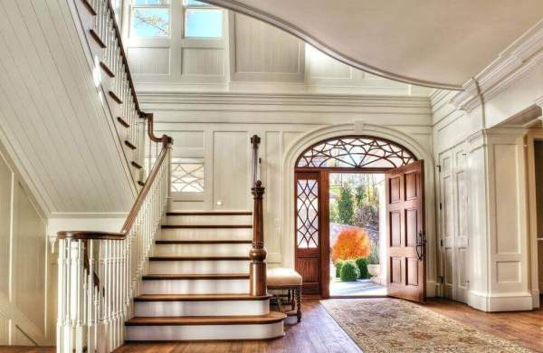 fancy entrance with ceiling moldings