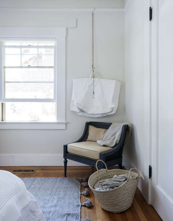 Sarah-Lonsdale-hanging-tote-scarf-storage-at-home-in-Sonoma-Remodelist