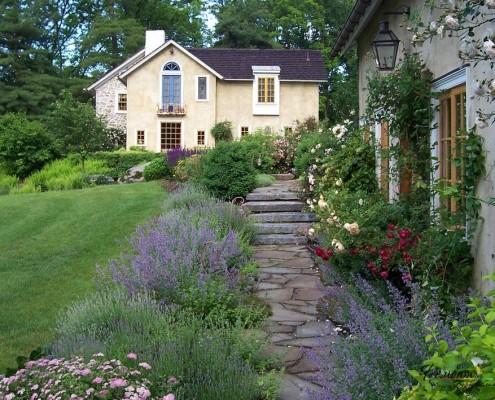 Дорожка с лестницей к дому