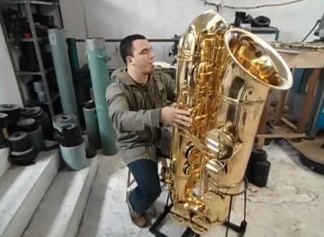 como tocar saxofone contrabaixo