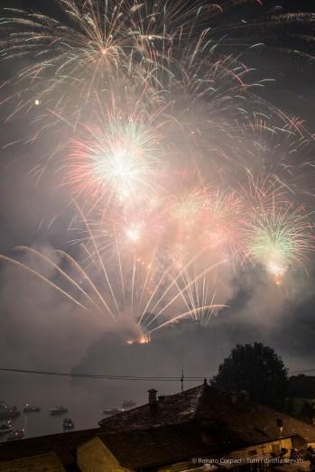 Fireworks, Gran Finale. Isola Comacina. Ossuccio Lario, 27 luglio 2015. Nikon D810, 34.0mm (24.0-120 mm ƒ/2.8) 5.0sec ƒ/11 ISO 100