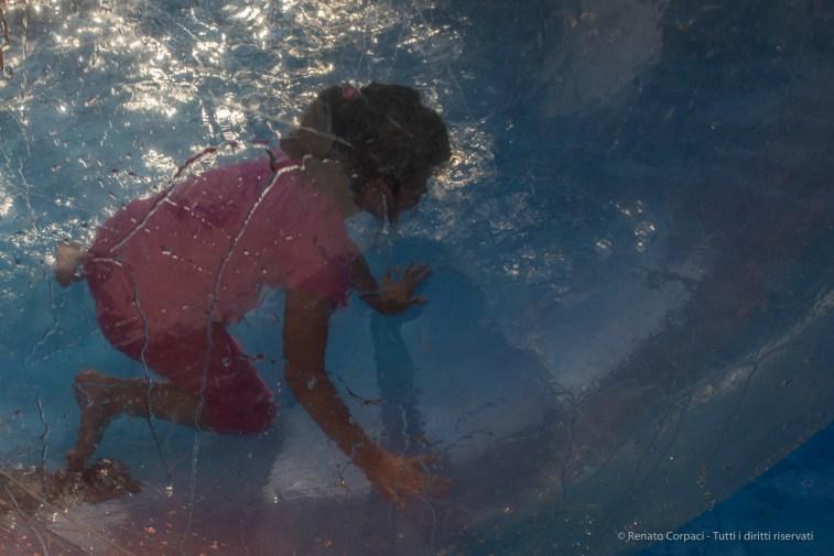"""""""Girl in a Bubble"""". Ossuccio Lario, 27 luglio 2015. Nikon D810, 24.0mm (24.0 mm ƒ/1.4) 1/400sec ƒ/16 ISO 400"""