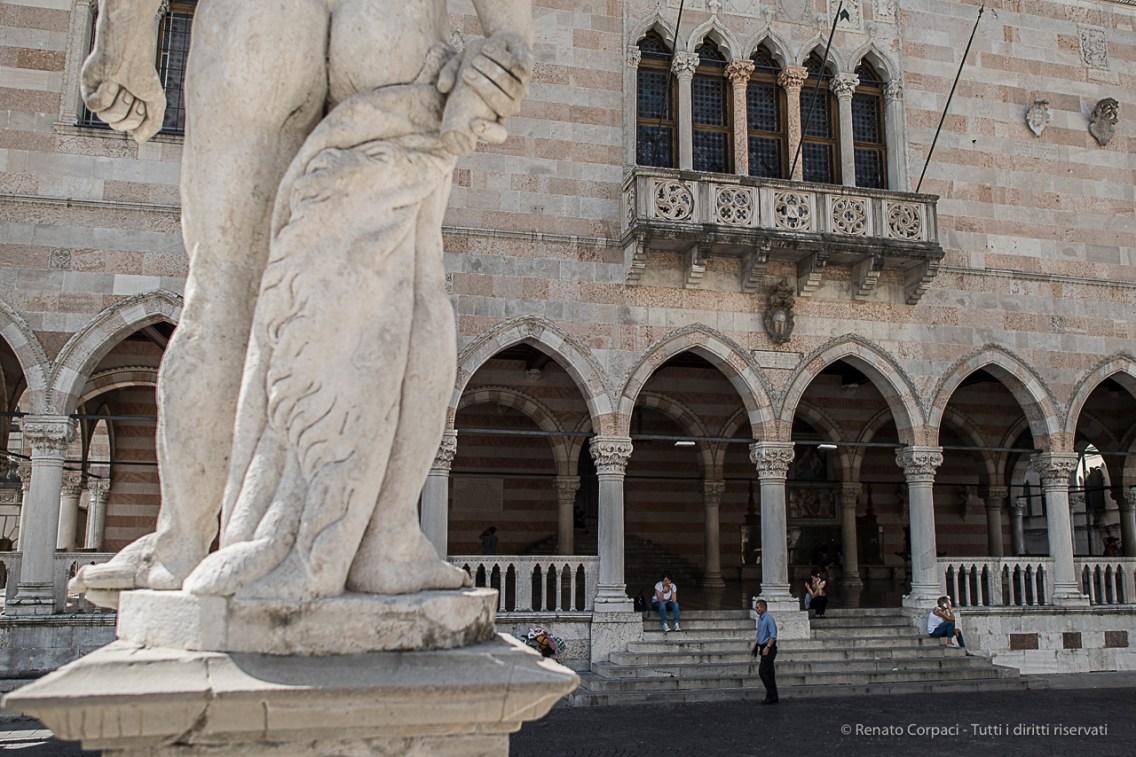 Udine, Piazza Libertà. Nikon D810, 24 mm (2.0 mm ƒ/1.4) 1/500 sec ƒ/2.2 ISO 64