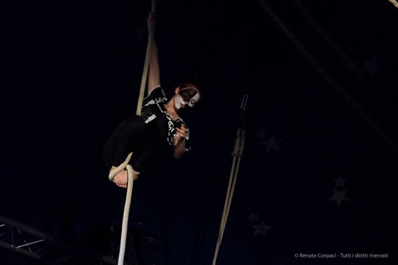"""Milano. Piccola scuola di circo. «Hypnos» - Spettacolo dei ragazzi delle scuole superiori. Nikon D750 95 mm (80-400.0 mm ƒ/4.5-5.6) 1/400"""" ƒ/5.6 ISO 6400"""
