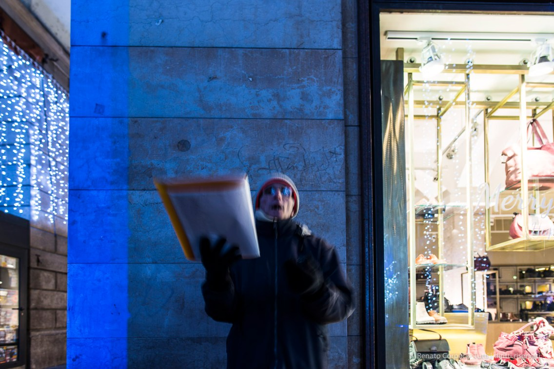 "Street vocalist in Como during the Holyday Season. January 2017. Nikon D810, 20 mm (20.0 mm ƒ/1.8) 0.8"" ƒ/2.8 ISO 64"