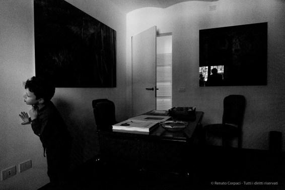 Hide-and-Seek .A kid observing a context laking his presence. Nikon D810, 120 mm (24-120,0 mm ƒ/4) 1/125″ ƒ/8 ISO 12800