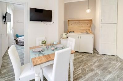 Foto di interni della cucina di un monolocale a Sanremo