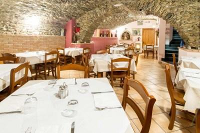 Foto di interni della sala pranzo di un ristorante a Pieve di Teco