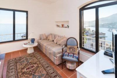 Foto immobiliare di un salotto con vista su Monaco