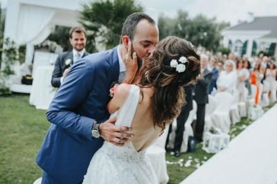 Bacio degli sposi a Villa Roseto