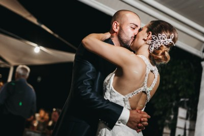 Abbraccio sposi matrimonio diano marina