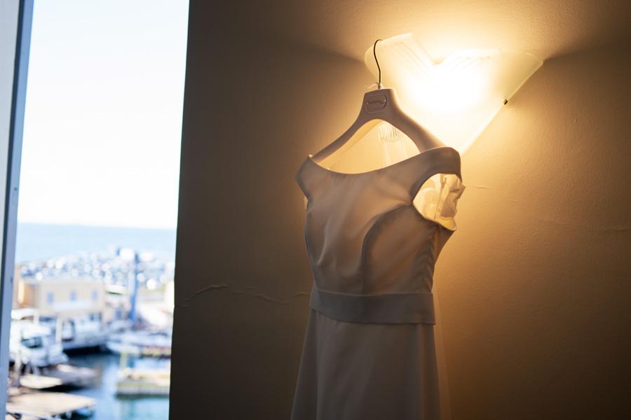 Dettaglio vestito sposa durante preparazione